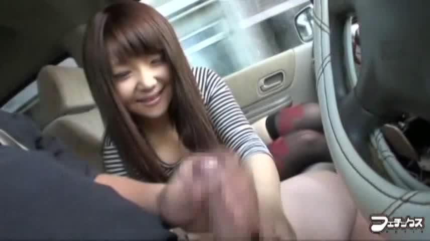 スリルを興奮のスパイスにした車内でセンズリ鑑賞する素人娘のサムネイル画像