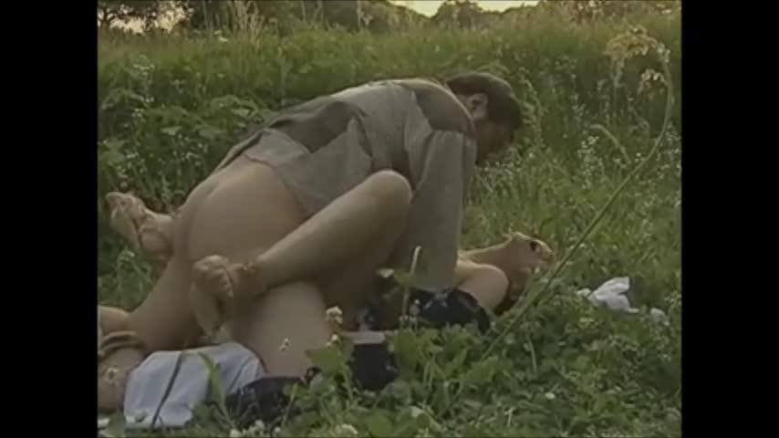 不倫相手と青姦セックスをする高齢人妻!人気の無い草原でクンニを行い「私をメチャクチャにして…」たっぷり中出しされイキ狂う!