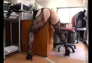ド変態な淫乱お姉さんが机の角にマンコを擦り付け愛液を垂らしながら足をガクガク痙攣させる!